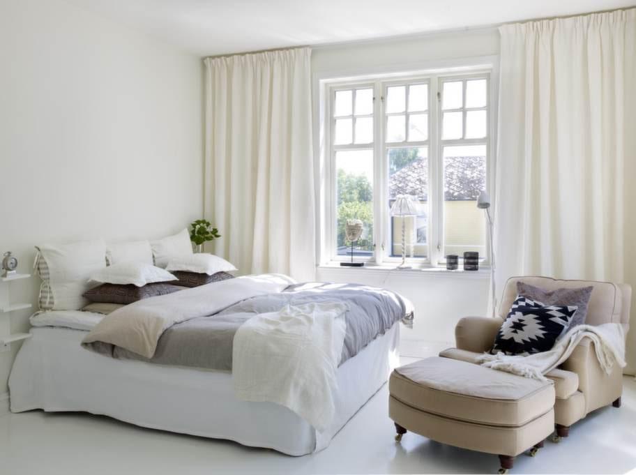 På övervåningen är familjens sovrum placerade. Annette och Fredrik har det största sovrummet som är inrett i klassisk hotellkänsla med gardiner som går att dra för fönstren vid läggdags.
