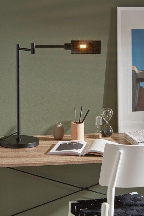 I arbetsrummet är det bra att kombinera takbelysningen med en bordslampa, riktad mot tangentbordet eller den del av bordsytan du vanligtvis jobbar vid. Bordslampa Yale, Markslöjd.