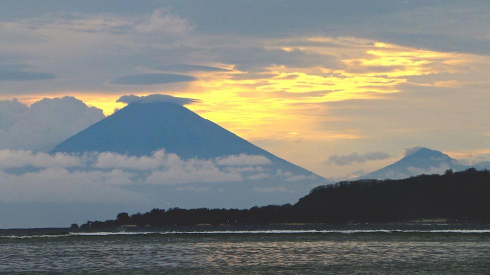 Vulkanen Agung på Bali syns från Gili Air.
