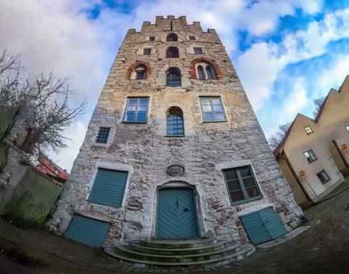 I korsningen Strandgatan och Lybska gränd i Visby ligger trappgavelhuset Gamla apoteket, Sveriges äldsta byggnad som används som hyreshus.