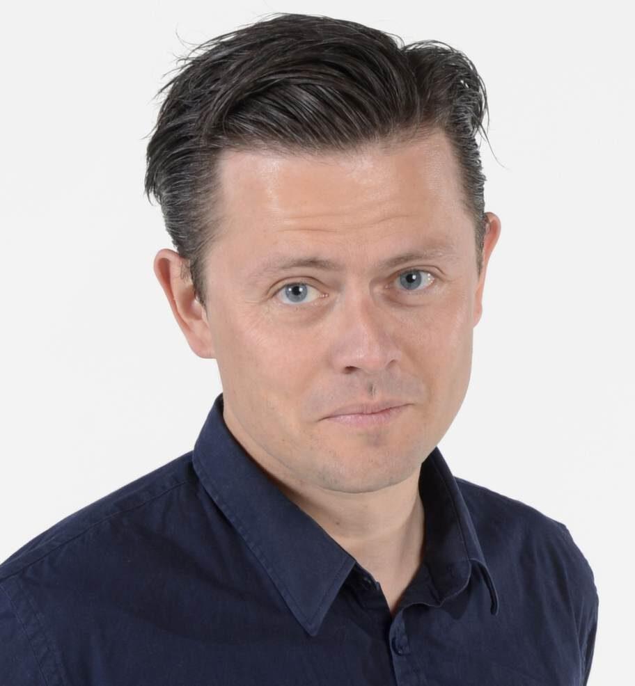 """Ser hälsoeffekterna. Fredrik Wikingsson, 40, tv-profil.Har berättat i sin och Filip Hammars podcast att han lever enligt 5:2-metoden. Han lockades att börja framför allt av de påstådda hälsoeffekterna, och nämner bland annat i podcasten att 5:2 sägs minska risken för cancer och alzheimer. """"Allt sånt är jag redo att prova!"""", säger Fredrik."""