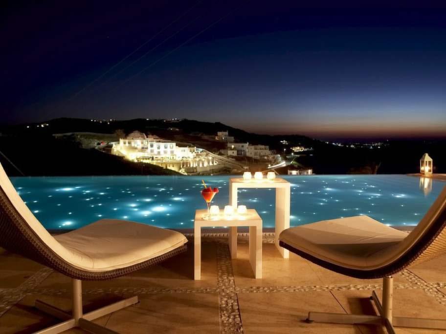 Bill & Coo, Mykonos, Grekland. Det dräller av dramatiska pooler med havsutsikt runt Cykladerna. På hotell Bill & Coo har man satsat på Marocco-tema med vackra lyktor som sprider sitt mjuka, suggestiva ljus under dygnets mörka timmar.
