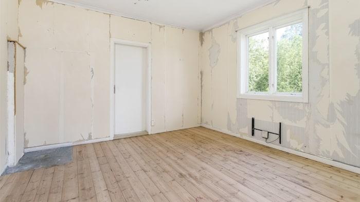 Alla rum har vackra plankgolv som blir ännu tjusigare med lite olja.