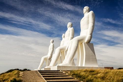 """Strax norr om Esbjerg står jättestatyn """"Mennesket ved havet"""" av konstnären Svend Wiig Hansen."""