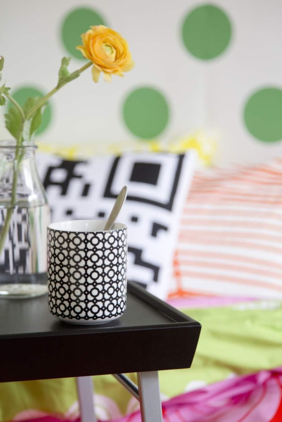 Sängbricka i trä med fällbara benstativ i stål, 39 kronor, Ellos. Grafisk mugg, 49:50 kronor, H&M home. Vas Ensidig, 15 kronor, Ikea.
