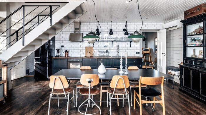 Modernt kök i sjöstugan, som totalt är på dryga 80 kvadratmeter.