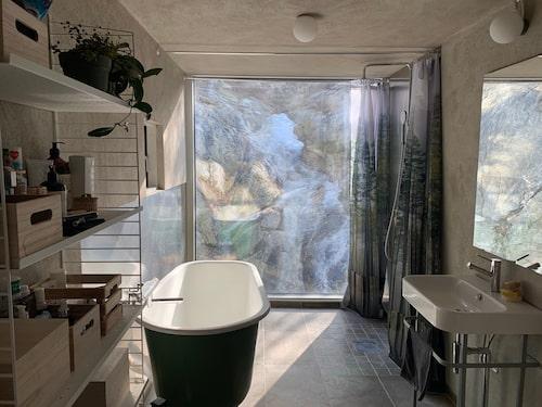 Badrummet – med ett fönster mot det vackra berget.