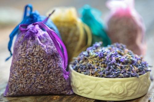 Doftpåsar med lavendel blir både en härlig doftspridare i linneskåpet och har den fina egenskapen att hålla malarna borta.