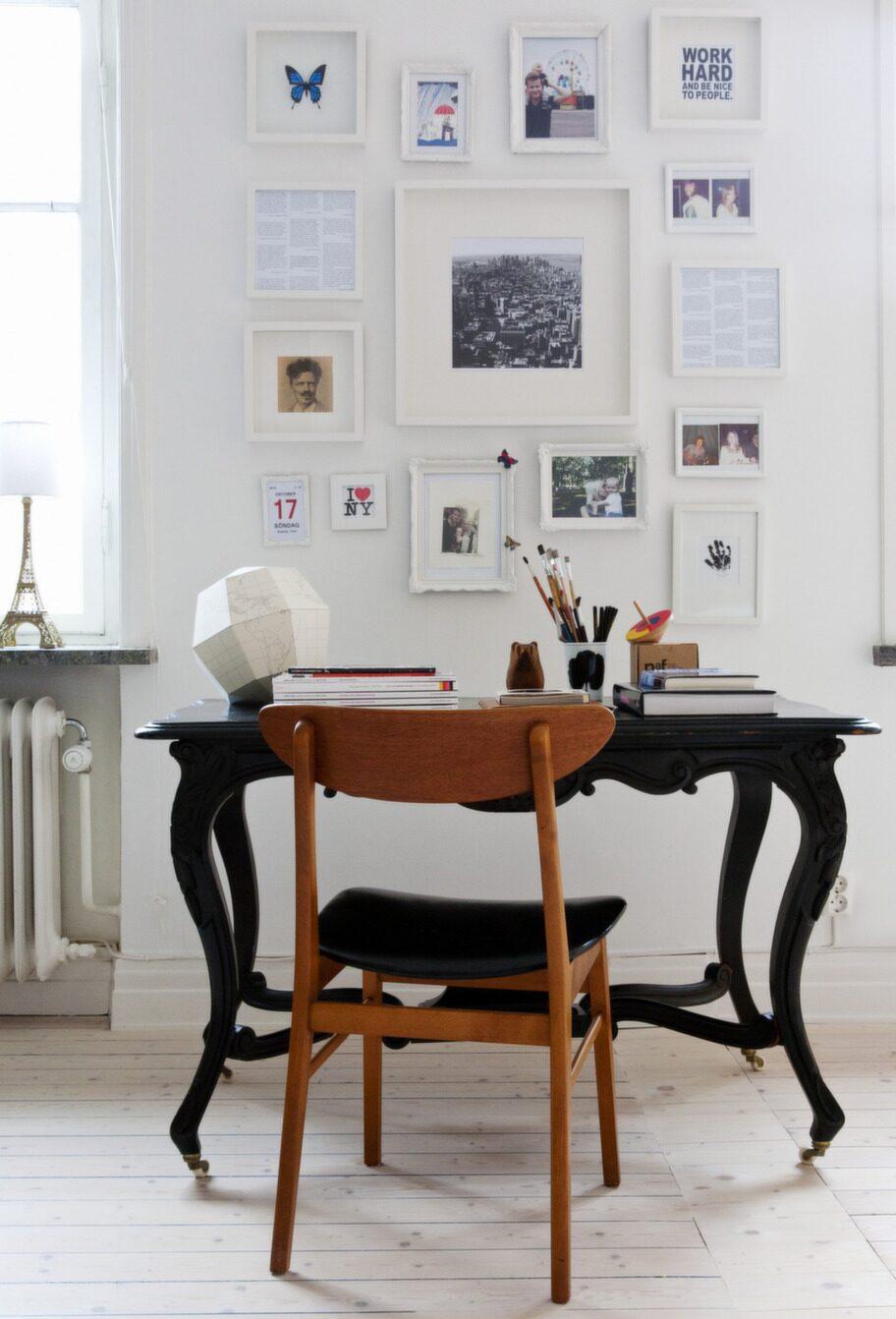 Inramat. Skrivbordet är från en loppis i Kalmar. Det är en fin kontrast till det i övrigt vita rummet. Jordgloben är köpt på museum i New York. Tavelväggen är en vägg av minnen och ord. Den innehåller även citat från Tove Janssons muminböcker och citat från Paul Austers böcker.