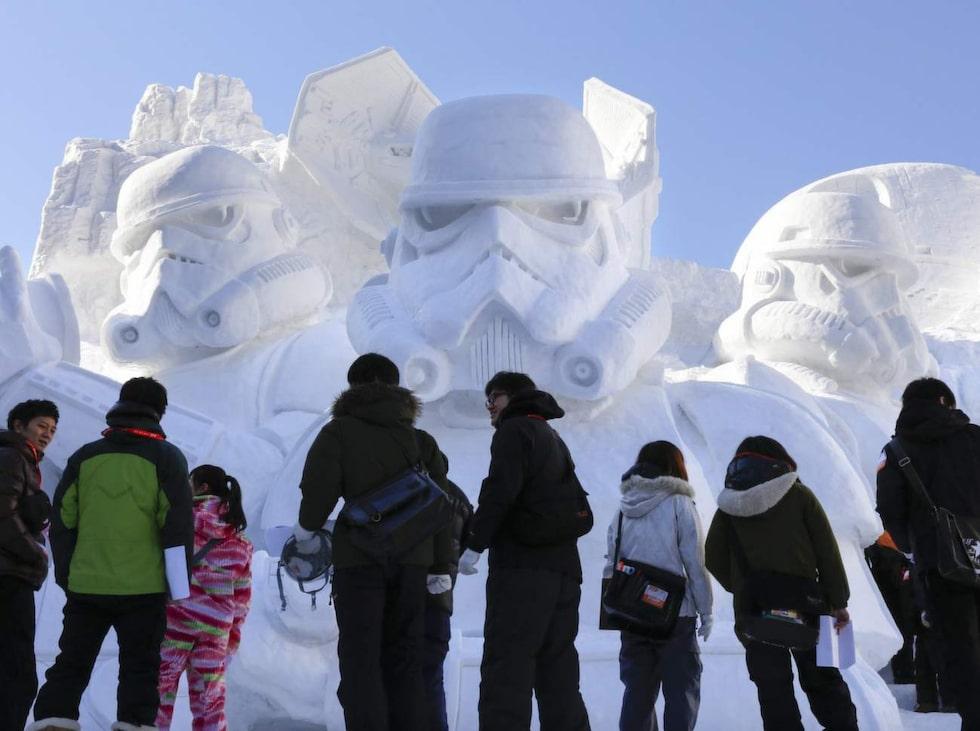 Den gigantiska snöskulpturen är byggd av personal från den japanska armén.