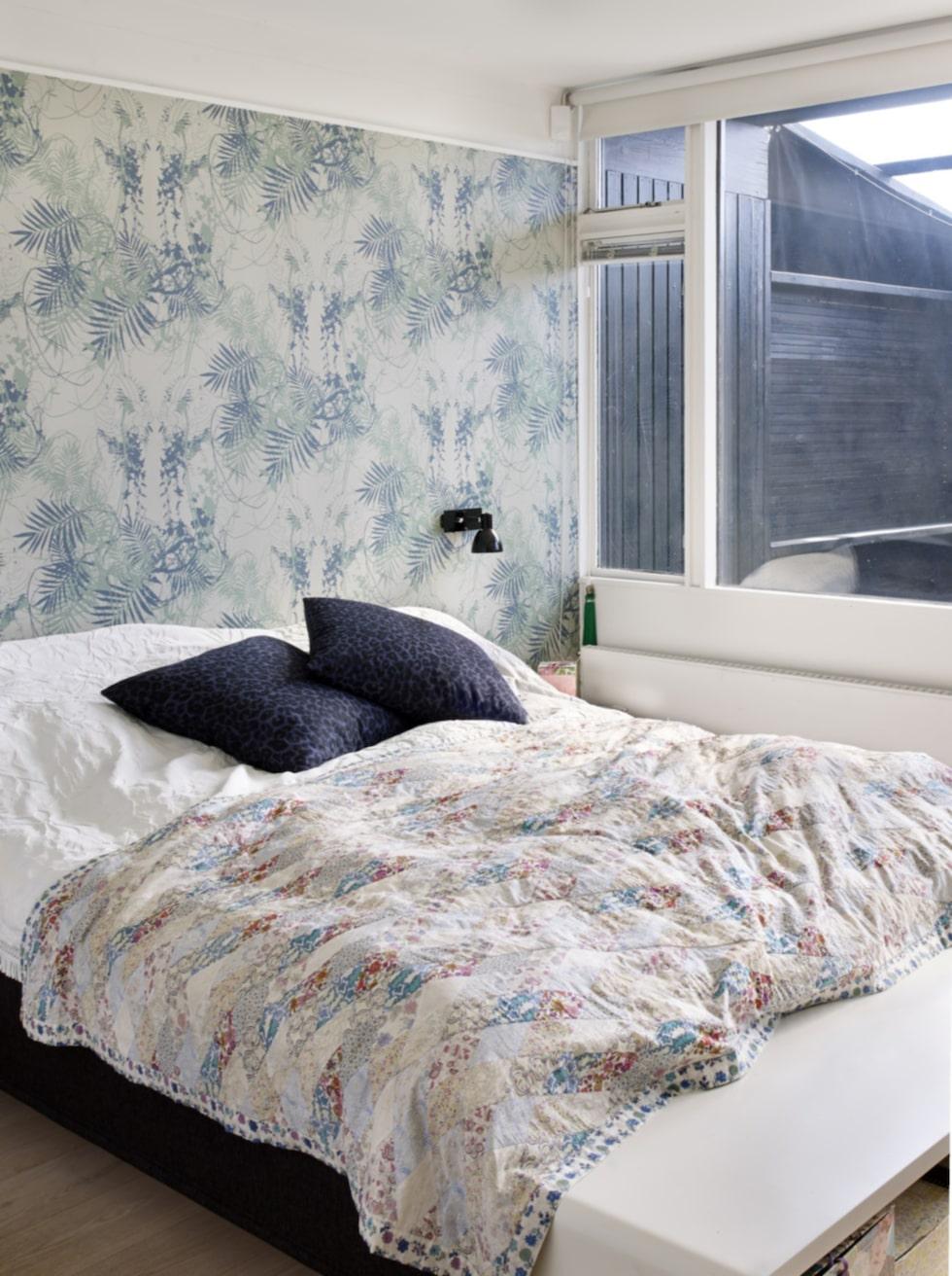 Lauras och Giovannis sovrum har utgång till terrassen och trädgården. Överkastet är designat av Lauras syster, kuddarna kommer ifrån Soft gallery. Askarna under sängen kommer från andrea- larsson.com.