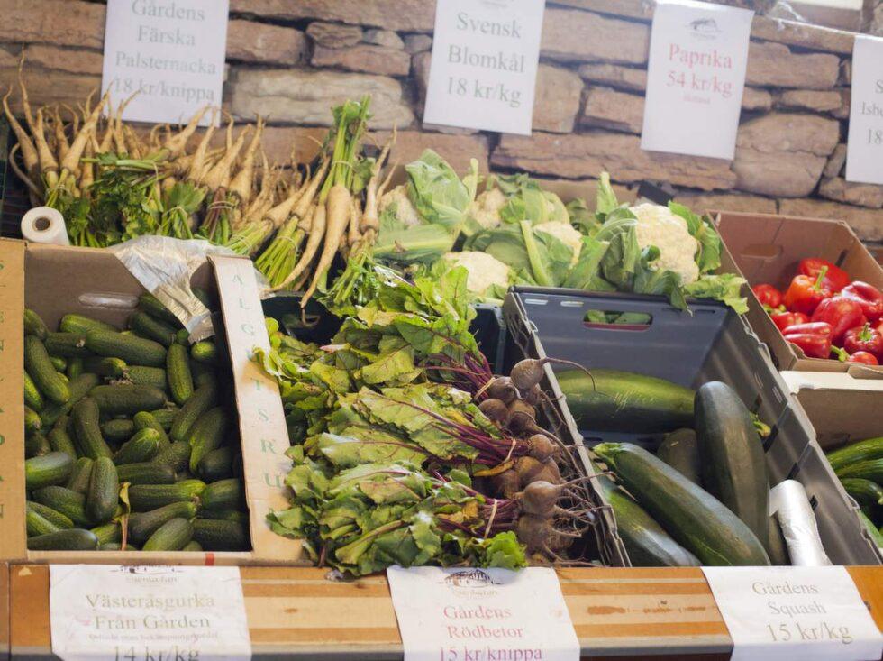 Här kan man även handla bär, rotfrukter, sparris, grönsaker och bönor i gårdsbutiken.