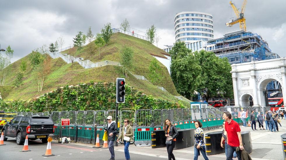Marble Arch Mound ligger i hjärtat av Londons shoppingkvarter.