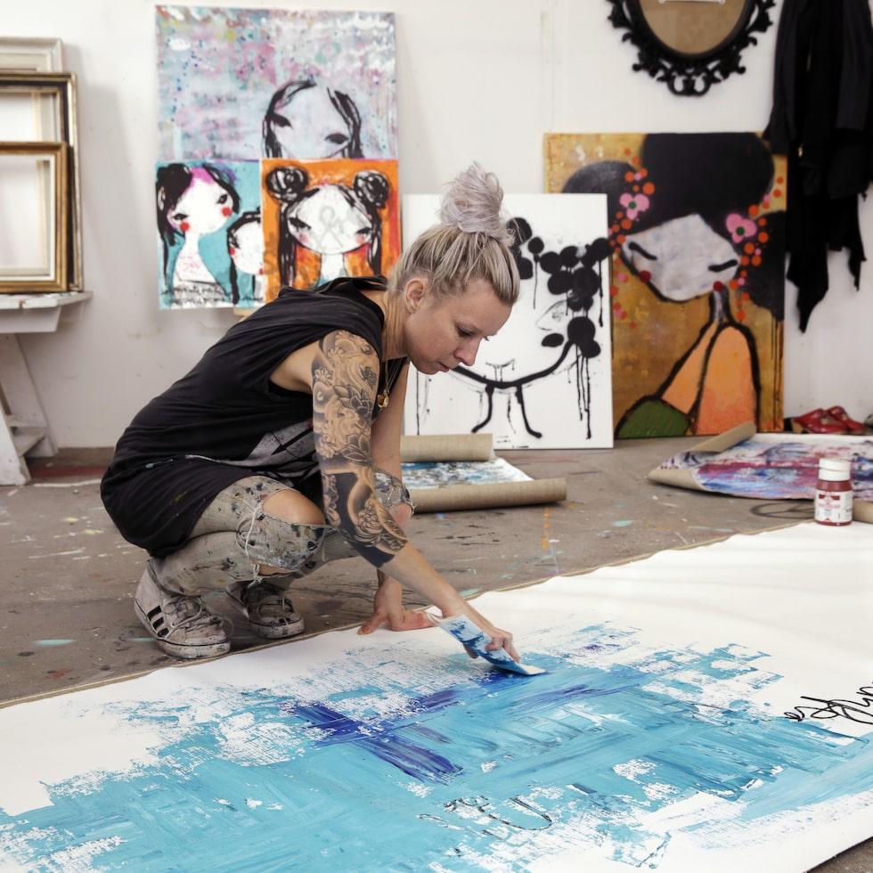 Populära konstnären Lisa Rinnevuo målar tavlor exklusivt för LEVA&BO. Klicka på plussen i bilden för att handla.