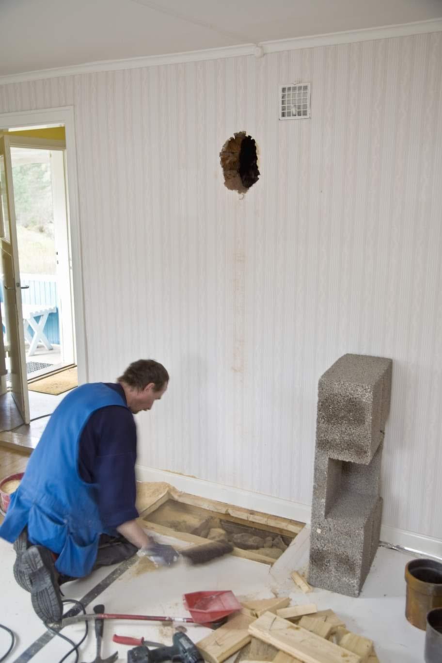 Under golvplanken var det tomt, väldigt tomt. Så förstärkning behövdes så att golvet skulle orka bära eldstaden.