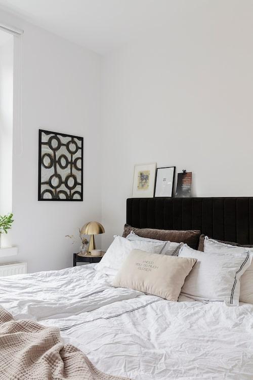 Sovrummen är relativt små med fönster ut mot den charmiga gränden. Sänggavel, Jotex. Sängkläder, Meli Meli. Kudde med text, Broste Copenhagen. Nattygsbord, Metz. Lampa, Hübsch.