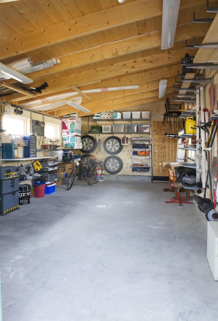FÖRRÅD. Tänk över förvaringsbehovet i samband med att du bygger et garage. Familjen Lantz såg till ha plats för bland annat trädgårdsredskap. Inredning från Elfa.