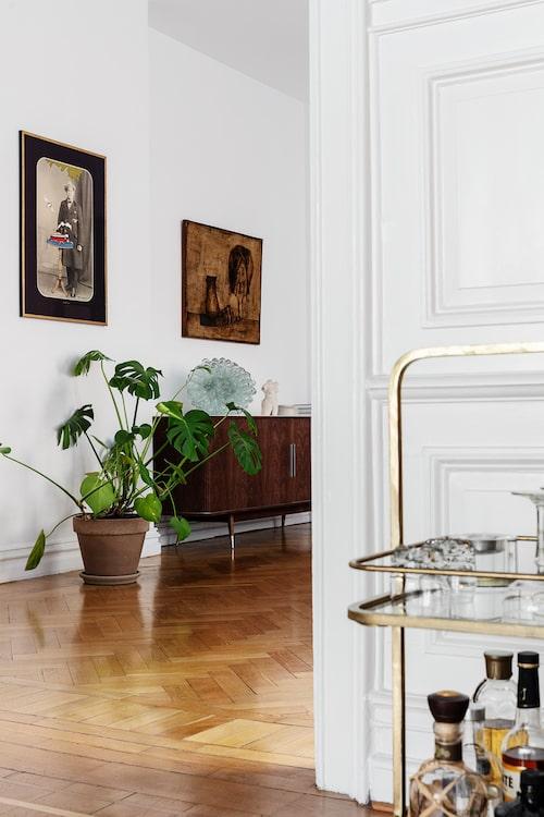 """Matsal och vardagsrum ligger i fil och bildar en stor, social del i den ena av våningens två """"flyglar"""". Drinkvagn, Culinary Concepts. Skänk, Naver Collection."""