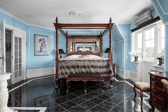 Huset har 22 rum med salong, matsal, vardagsrum, bibliotek, kontor, sovrum, fyra badrum och två spaavdelningar.
