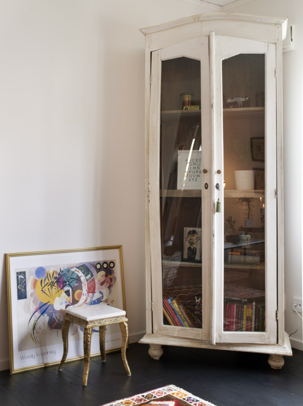 Vitt skåp. Lovisa gillar färg. Det äldre skåpet, som fyndades billigt på Blocket, är en av få vita möbler i hemmet. Eftersom det hade så fin patina fick det behålla sin vita färg.