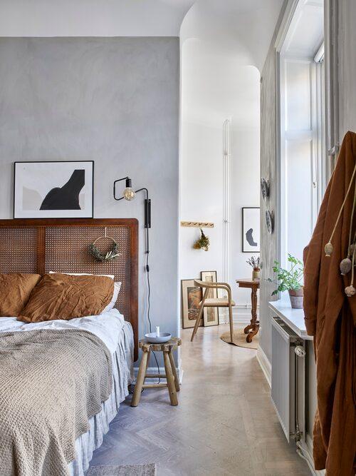 Till höger om sängen skymtar tornrummet där Hannes har sitt hemmakontor.