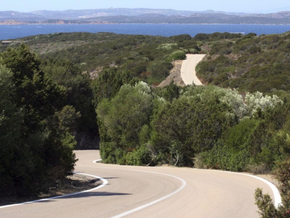 Hyr en bil och kör längs Sardiniens vackra norra kust. Costa Smeralda.