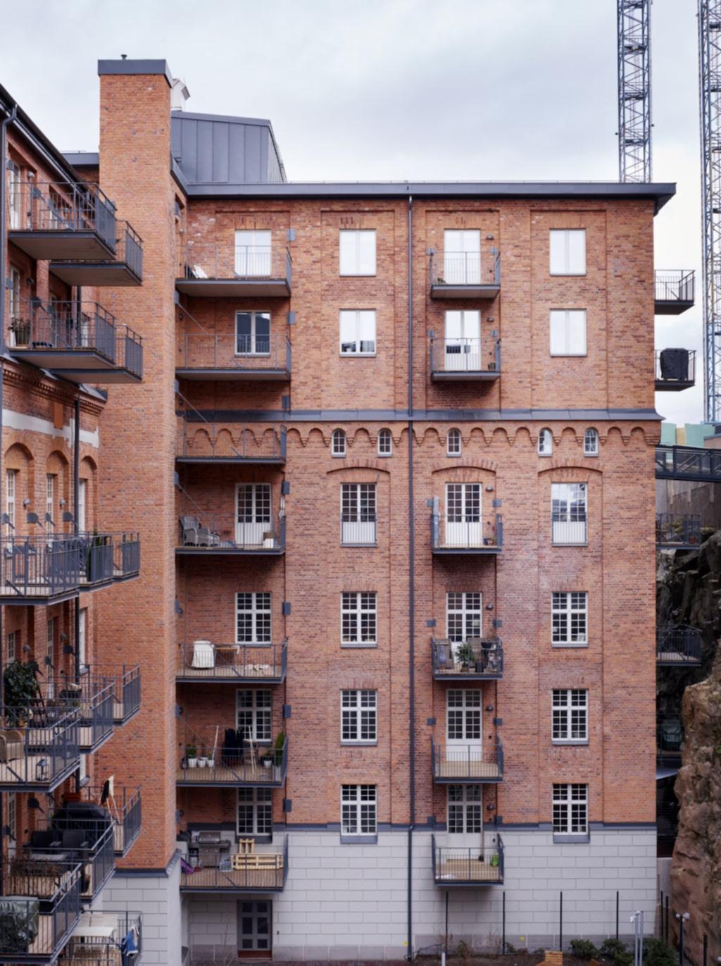 Gammalt hus. Familjen bor i den gamla industrifastigheten Qvarnen Tre Kronor som under hundra år försåg hela Sverige med skorpor, mjöl, makaroner, bullar och bröd.