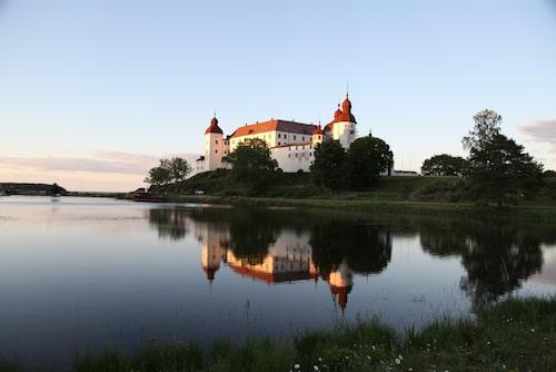 På en klippa vid Vänern ligger vackra Läckö slott, omgivet av vatten på tre sidor.