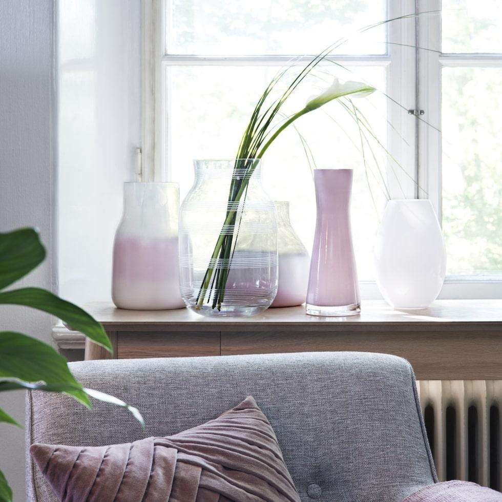 Glasvas med ränder Omaggio, 549 kronor, Kähler. De rosa vaserna har vi sprejmålat.