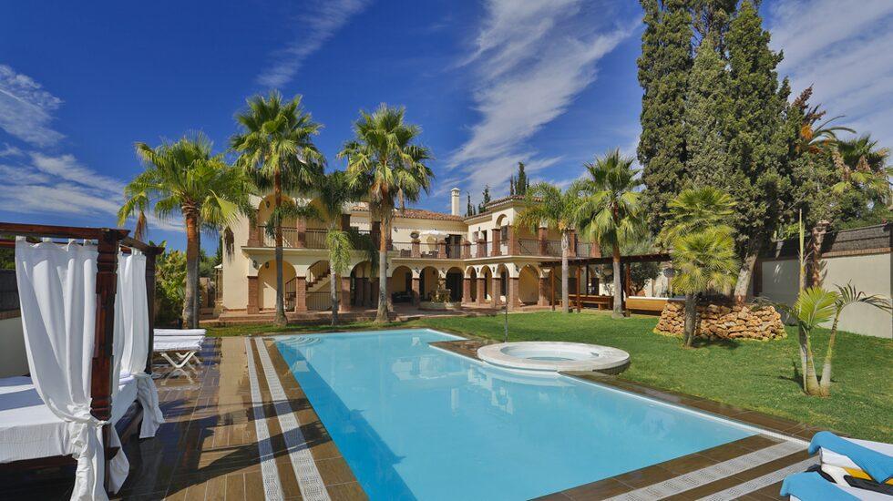 I välkända Marbella, ett stenkast från stranden, ligger denna massiva medelhavsvilla.