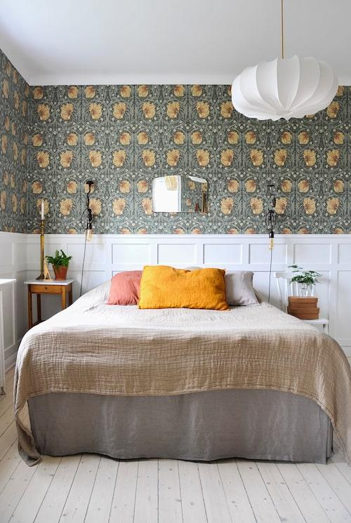 Sovrummet renoverades näst sist i lägenheten och har fått mjuka varma färgtoner. Tapet, Pimpernel Bayleaf Manilla, William Morris & Co. Sängkläder, Ellos. Kuddar, Granit. Spegel, Tradera. Taklampa, Lampverket.
