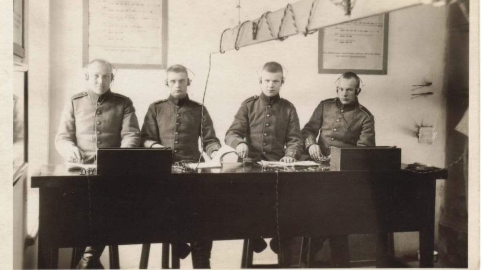 Finska signalspanare arbetar intensivt med avlyssning under andra världskriget. När gruppen bildades var de runt tio personer, 1944 var de över 2 000 stycken. Einar Hänninen, Perttis far, var en av pionjärerna. Han står näst längst ut till höger.