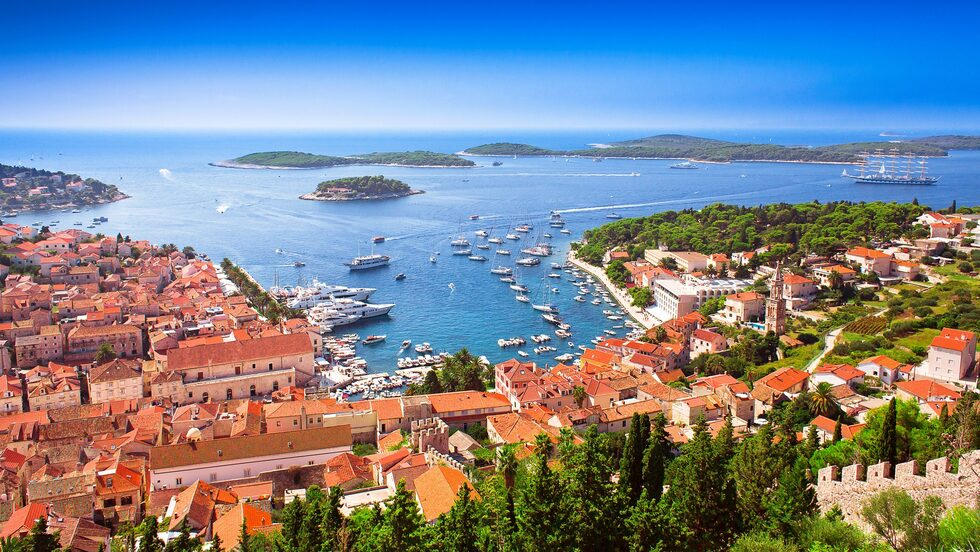 Läcker mat, sköna bad och pittoreska gränder på charmiga Hvar i Kroatien.