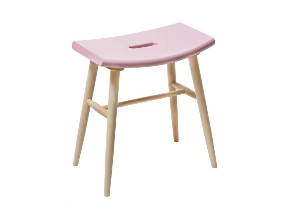 Stilren. Träpallen Emil har en rosa sits och passar fint i köket, 850 kronor, Designtorget.