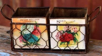 7 Fyrkantiga. Plåtkrukor med ljuvligt vintagemotiv. Patinerd nätkorg medföljer. Storlek på hela setet 30 x 9 cm, 145 kronor, broarne.se.