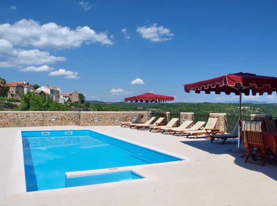 Vid poolen kan deltagarna ta igen sig i solen eller avverka längder i vätan.