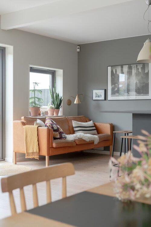 Auktionsfyndad soffa från Danmark. Mönstrad kudde, Ikea. Randig kudde, Enkla Ting.