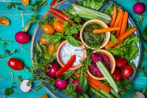 Dipp kan göra att grönsakerna lättare slinker ner, men det är bra att lära barn att ära grönsaker som de är också.