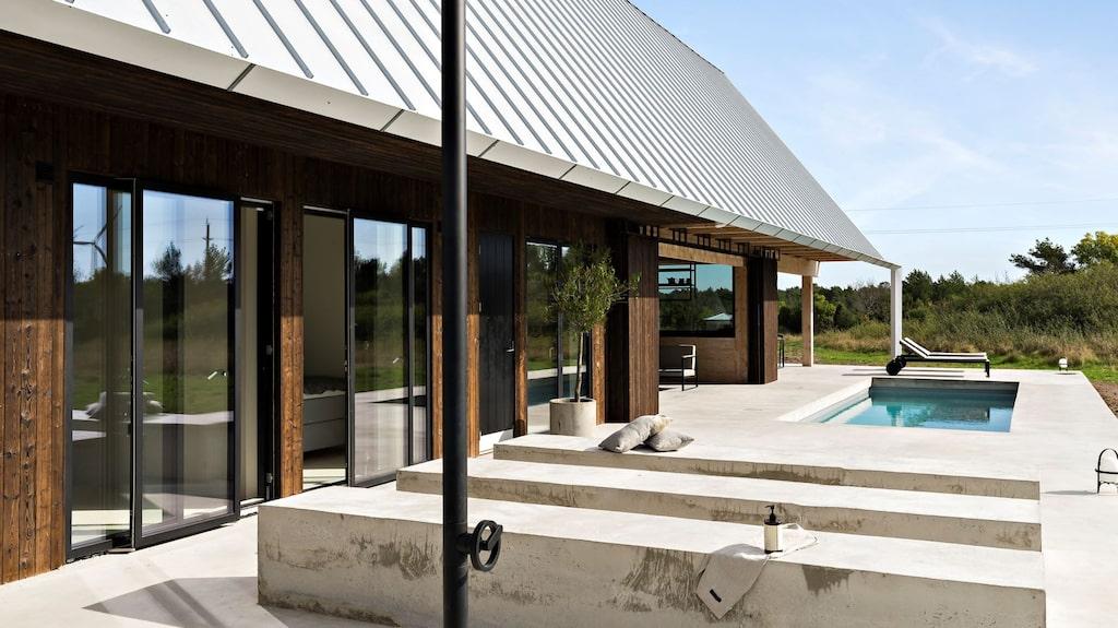 Huset står på en gjuten betongplatta. Här finns också en pool och en utomhusdusch.