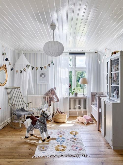 """Barnrummet var det första rum som Lisa och Gusten tapetserade. """"Det var innan vi visste att vi skulle få barn"""". Skåpet som stod i huset och var i dåligt skick är ommålat och har fått en sockel. Tapet, Boråstapeter."""