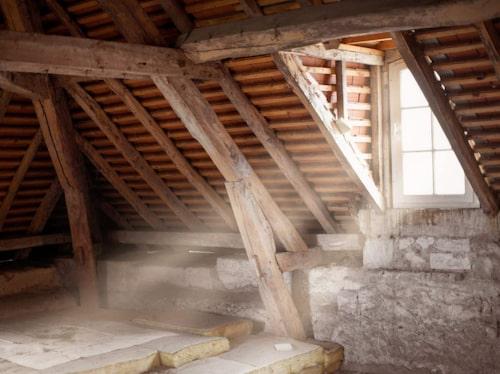 Speciellt riskfyllda konstruktioner är invändig isolering på källarvägg och uteluftsventilerad krypgrund.