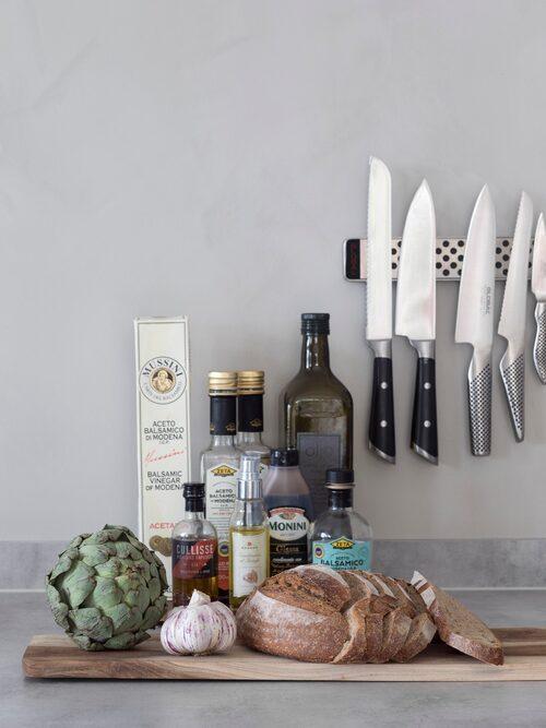 Janne gillar matlagning, och oljor och annat får stå framme, både praktiskt och som dekoration för att göra köket mer levande.