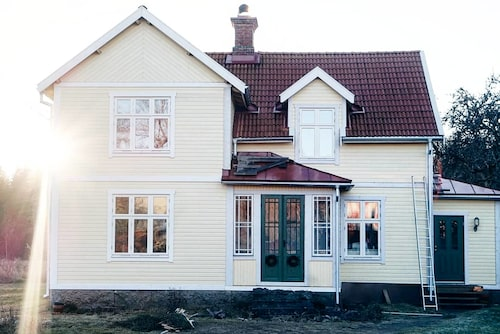 Lisa Petersson och Gusten Lantz köpte ett ödehus och totalrenoverade det. Så här fint blev det efter renoveringen.