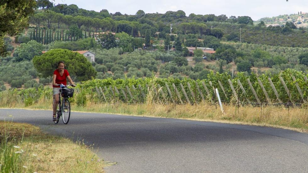 Allt om resors Elisabet Axås cyklar längs Via Aurelia Vecchia. Den antika vägen mot Rom har fått asfalt.