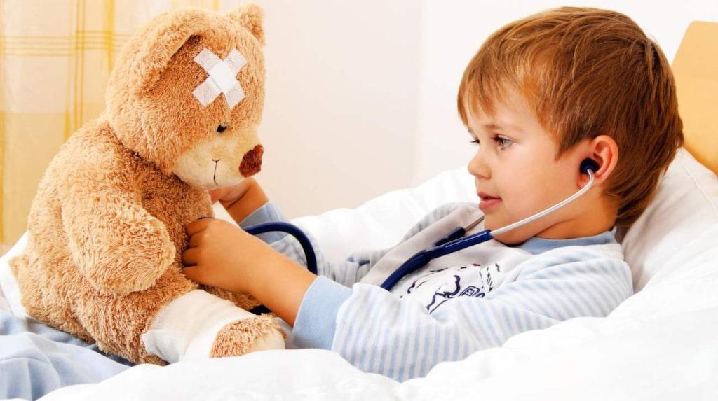 Många barn som har feber vill och orkar leka. Men försök att undvika alltför ansträngande aktiviteter.