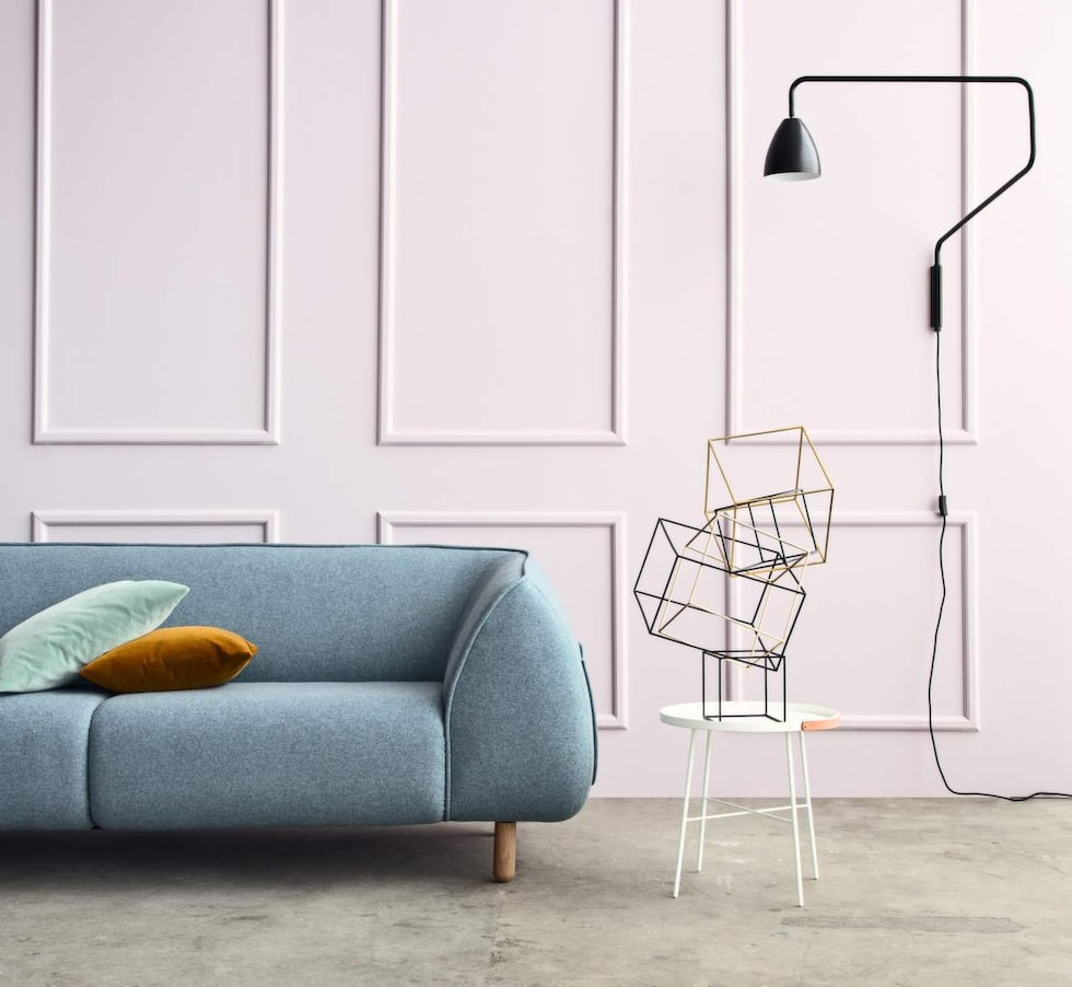 Modern still. Bulliga soffan Alba med plats för tre personer. Här i tyget Devide och ben i vitoljad ek, 14 999 kronor, Bolia.com.