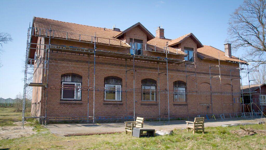 Den gamla skolan är byggd 1903, och ligger i Billesholm strax utanför Helsingborg i Skåne.