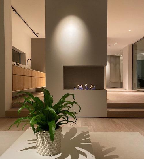 I vardagsrummet sitter en inbyggd bioetanolkamin.