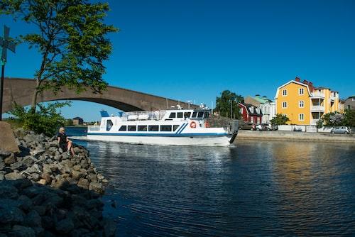 Passagerarbåten Vittus passerar under gamla Saltöbron på sin väg ut i skärgården till öarna Ungskär, Inlängan, Stenshamn och Utlängan.