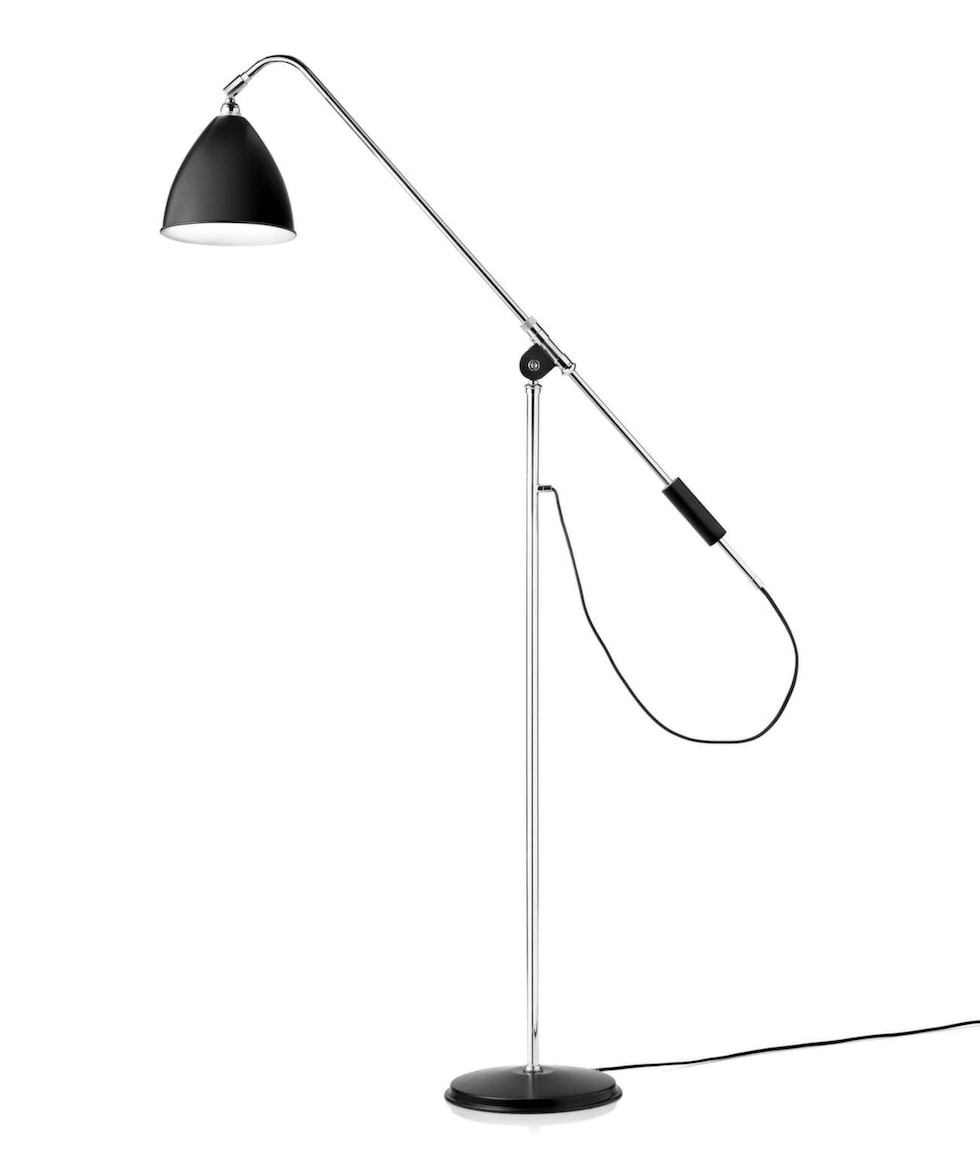 Den svarta golvlampan från Bestlite fyndade Frida nyligen på Blocket. Finns även nyproducerad, 8 265 kronor, Rum21.se.